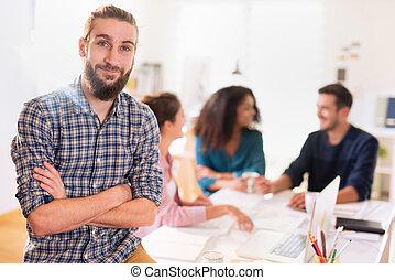 Images et photos de business homme regarder les document for Bureau de licence
