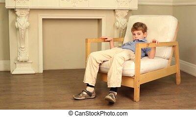 à côté de, garçon, chaise, assied, cheminée