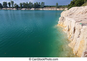 água azul, pedra
