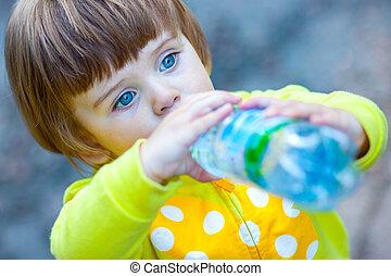 água, bebendo, criança