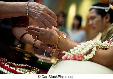 água, close-up, santissimo, sendo, anciões, mãos, tradicional, noiva, despejado, durante, casório, tailandia, tailandês, cerimônia