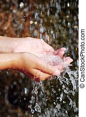 água, em, mãos