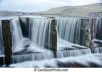 água, fluir, sobre, um, represa