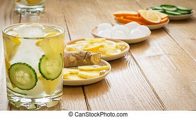 água fria, com, gelo, raiz gengibre, limão, e, cucumber.