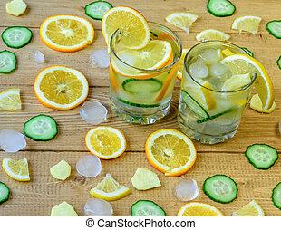água gelo, limão, laranja, raiz gengibre, e, cucumber.