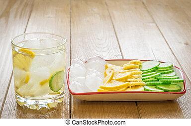 água gelo, limão, raiz gengibre, e, cucumber.