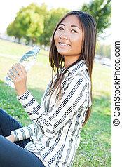 água, menina, bebendo, parque, asiático