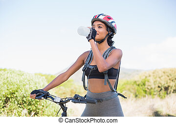 água, mulher, bicicleta, ir, passeio, bebendo, ajustar