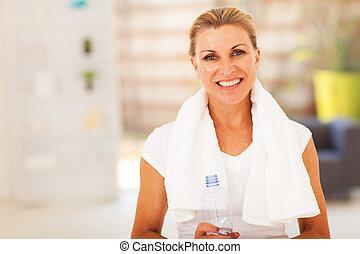 água, mulher sênior, toalha, condicão física