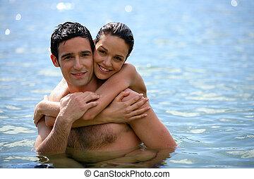 água, par, jovem, abraçando