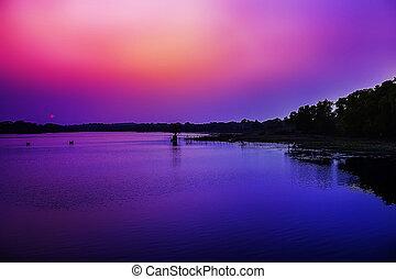 água, refletir, a, sonhador, céu ocaso, em, a, banco, de, river.