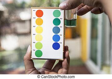 água, segurando, cor, arquivo, teste, ph, comparando, indicado, testar, mão