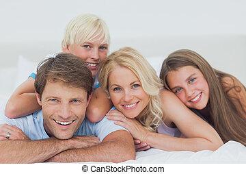 ágy, mosolygós, fekvő, család