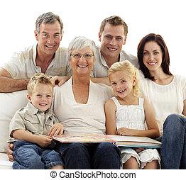 álbum, observar, sonriente, fotografía, familia