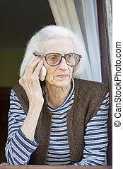 álló, öreg, neki, beszéd, telefon, ablak, nagyanyó