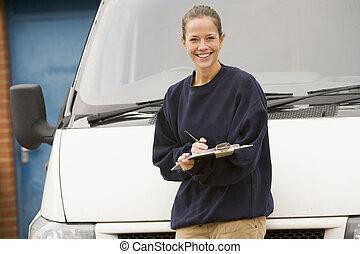 álló, deliveryperson, furgon, írás, csipeszes írótábla, mosolygós