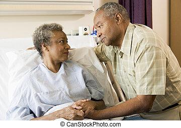 álló, kórház, párosít, idősebb ember, együtt