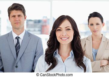 álló, nő, fiatal, két,  co-workers, elülső, mosolygós