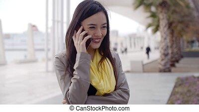 álló, nő, neki, beszéd, mozgatható, fiatal, telefon