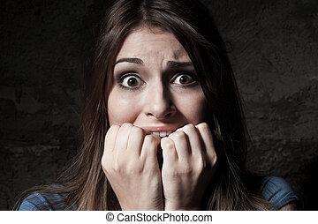 álló, scared!, woman hatalom, fiatal, döbbent, ujjak, sötét, időz, fényképezőgép, így, ellen, háttér, száj, bámuló