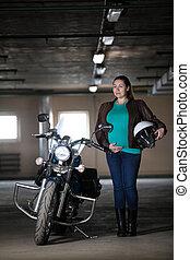 álló, sisak, nő, motorkerékpár, terhes, kéz, következő, bringás, várakozás, föld alatti, portré, white caucasian