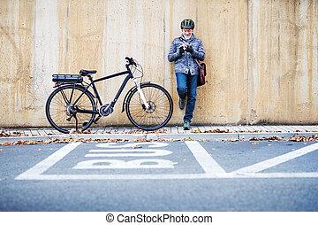 álló, város, electrobike, szabadban, aktivál, használ, idősebb ember, smartphone., ember