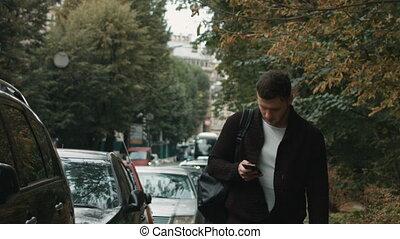 álló, város, smartphone, fiatal, divatba jövő, ember
