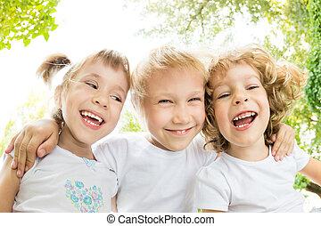 ángulo, bajo, retrato, vista, niños, feliz