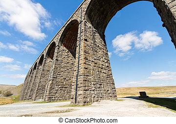 ángulo, ferrocarril, arcos, altísimo, viaducto, de par en...