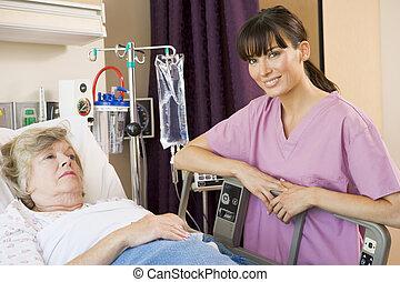 ápoló, átvizsgálás, feláll, képben látható, türelmes