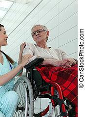 ápoló, noha, öregedő woman, alatt, tolószék