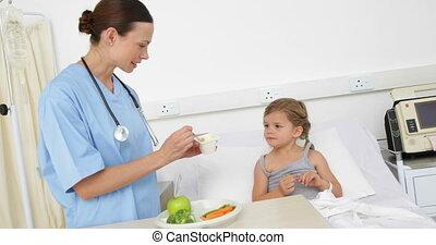 ápoló, táplálás, beteg, kicsi lány, ágyban