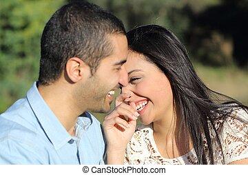 árabe, casual, pareja, hombre y mujer, coquetear, y, reír, feliz, en, un, parque