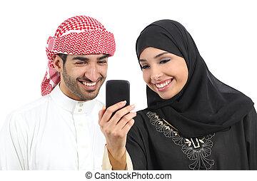 árabe, emparéjese compartiendo, social, medios, en, el, elegante, teléfono