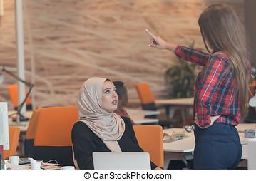 árabe, executiva, desgastar, hijab, recebendo, notificação, de, um, colega
