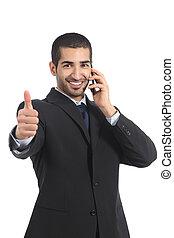 árabe, hombre de negocios, en, el, teléfono móvil, con, pulgar up