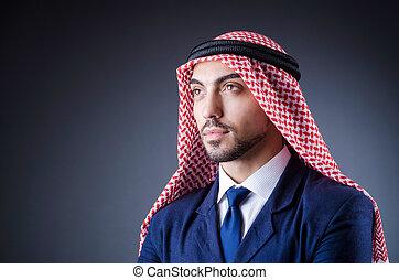 árabe, homem negócios, isolado, em, quarto escuro