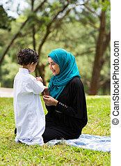árabe, madre que juega, con, ella, bebé, niño