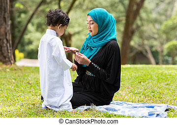 árabe, madre que juega, con, niño pequeño
