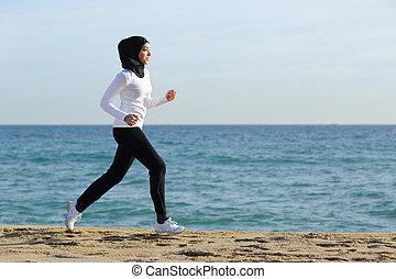 árabe, saudí, corredor, mujer que corre, en la playa