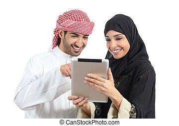 árabe, saudí, par bueno, hojear, un, tableta, lector