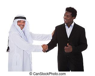 árabe, y, hombre africano, sacudarir las manos