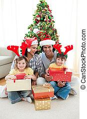 árbol de navidad decorando, familia