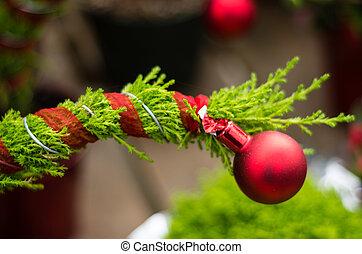 árbol hoja perenne, ornamento, rojo