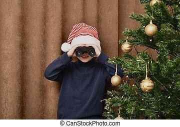 árbol, regalos, por, carnivalcap., afuera, navidad, binoculars., relojes, sonrisas, miradas, niño, vestido