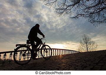 árnykép, közül, egy, ember, képben látható, muontain-bike, napkelte