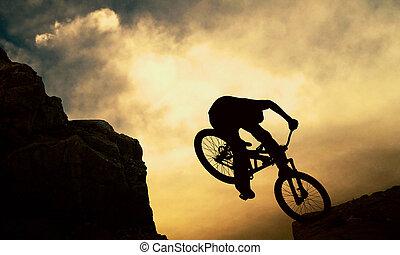 árnykép, közül, egy, ember, képben látható, muontain-bike, napnyugta