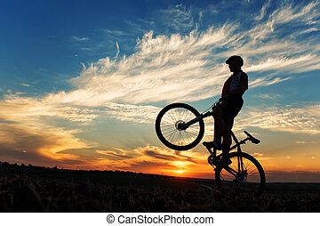 árnykép, közül, egy, ember, képben látható, muontain-bike