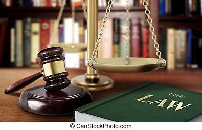 árverezői kalapács, noha, mérleg, és, könyv, közül, törvény, igazságosság, fogalom