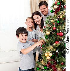 árvore, decorando, natal, sorrindo, família